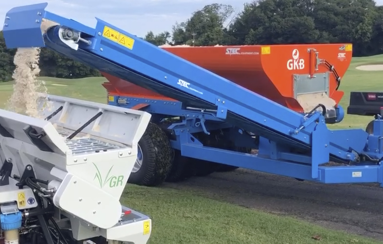 <b>SPM MODEL</b><p></p>In addition to the SP model, there is also the SPM model. Beside the characteristics of the SP model, the SPM mo- del has a conveyor belt. What gives you the opportunitie to top up the sand bunkers on golf courses. Because with the SPM model you are able to fill sand bunks.