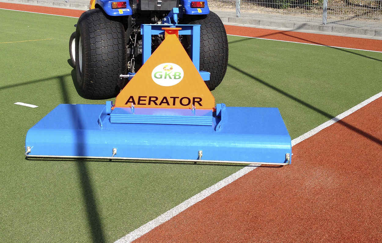 <b>Decompaction of synthetic turf</b><p></p>Decompaction of the entire synthetic turf system can be done with the Aerator. We have equipped the Aerator with rollers that are geared with metal teeth/spikes, these spiked rollers are linked together with a drive chain. As a result of this spiked roller are able to transfer a slight prying effect. Consequently, the compacted pitch will be opened and the technical characteristics from the bottom to the top are returned. The pitch will feel like brand new!