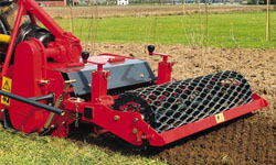 <b>Clean Finish</b><p></p>The RotaDairon provides a firm, level and clean finish to the seed bed with the grader blade and rear packer roller. The blade levels and the roller firms and finishes.